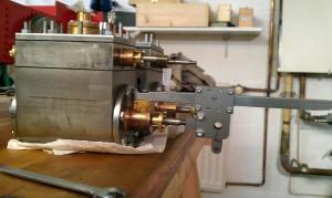 Zylinder mit montiertem Kreuzkopf + Gleitbahn